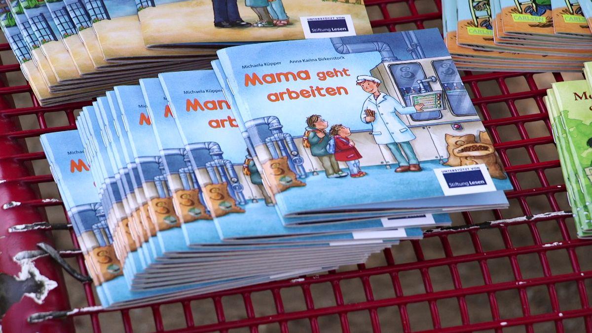 """Kleine Bilderbücher für Kinder mit dem Titel """"Mama geht arbeiten""""."""