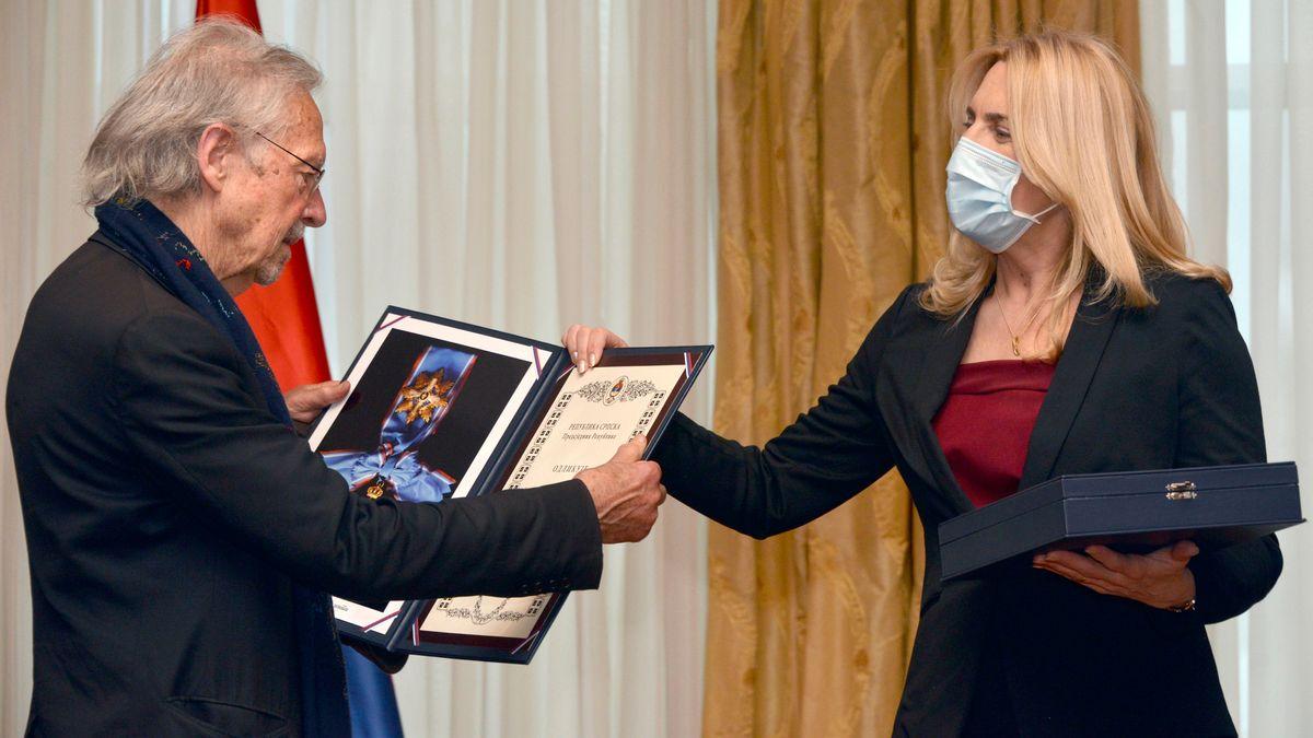 Peter Handke erhält den Orden der Republik Srpska von der Präsidentin der Republik, Zeljka Cvijanovic.