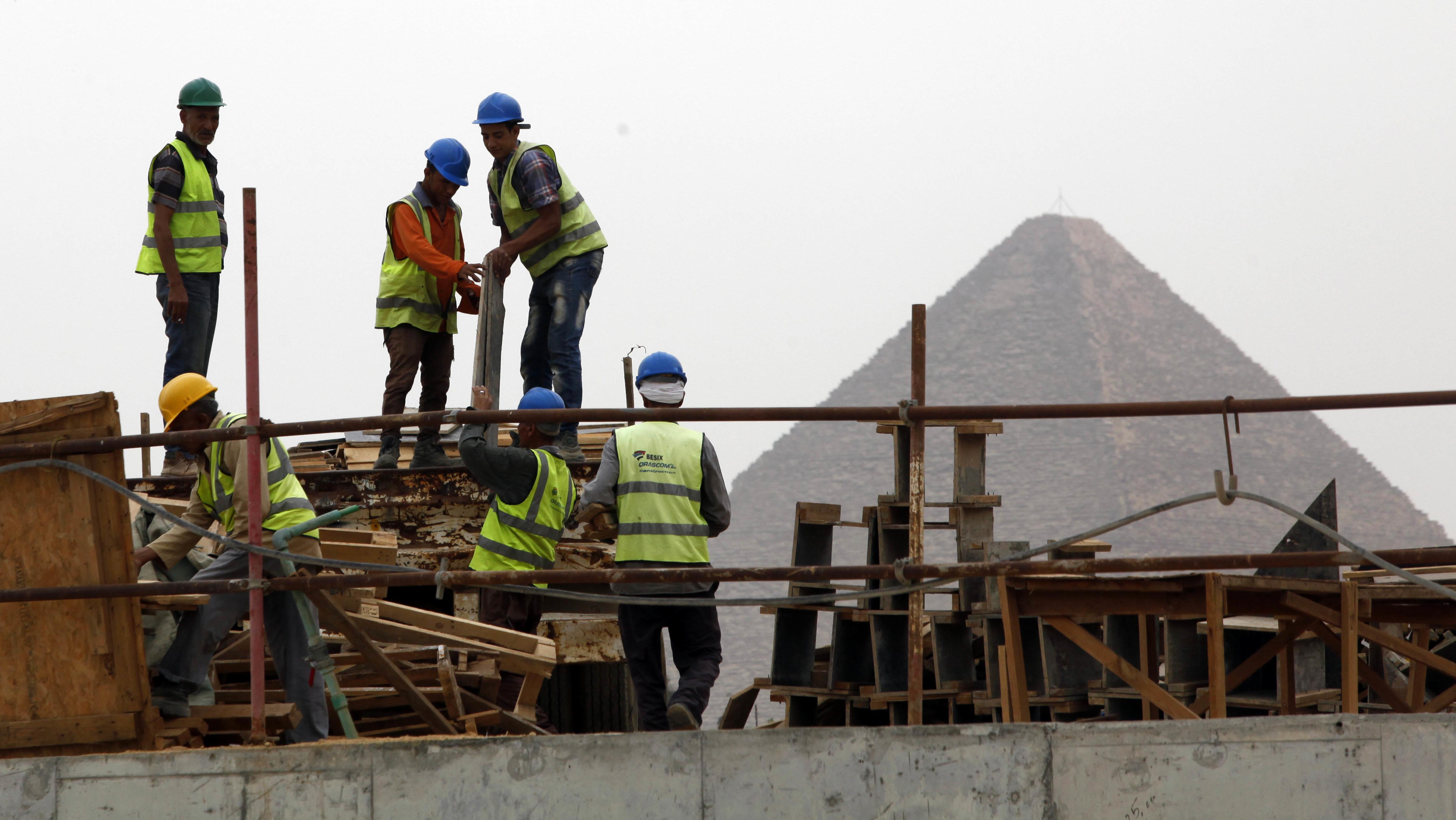 Blick auf die Pyramiden: Bauarbeiter  auf der Baustelle des Grand Egyptian Museums im Mai 2018
