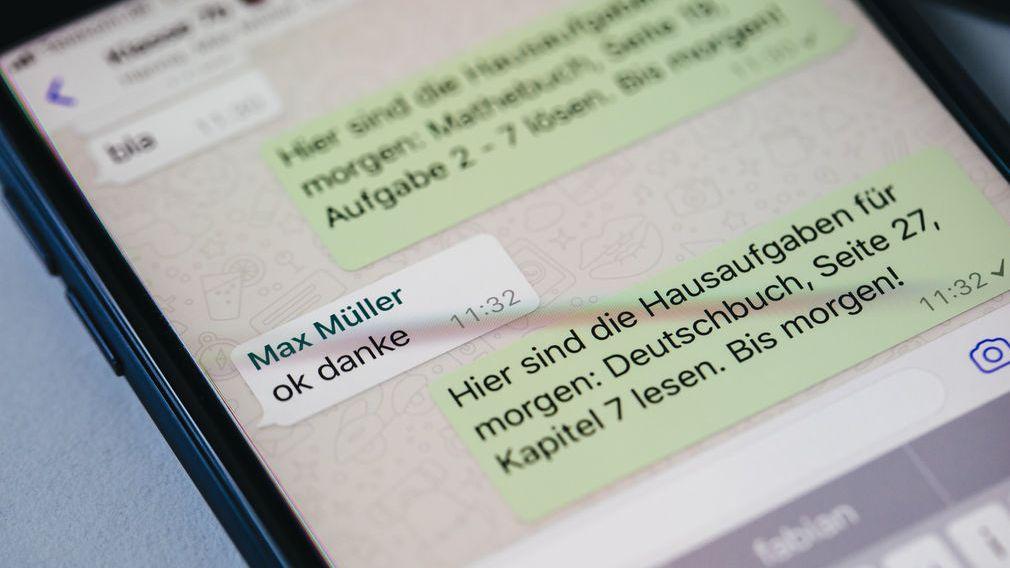 """Ein Lehrer schreibt in einer Gruppe der Messenger-App """"WhatsApp"""" die Hausaufgaben für die Schüler."""