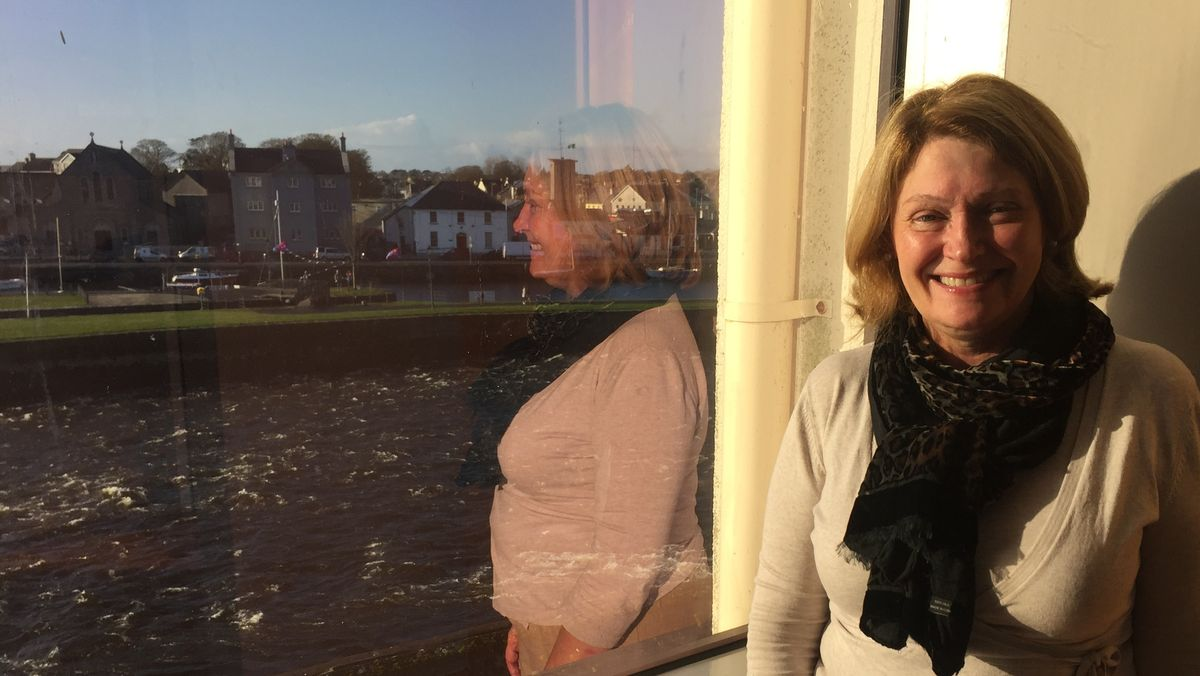 Museumshistorikerin Jackie Ui Chionna steht am Panoramafenster des Galway City Museums