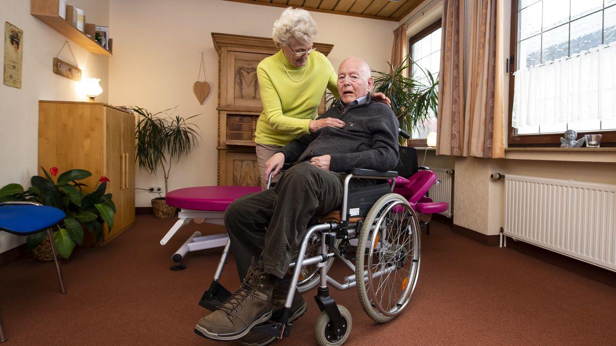 Der pflegebedürftige Ludwig Surmann mit seiner Ehefrau Margret.