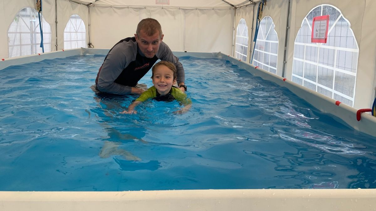 In Eichstätt bietet die Schwimmschule Kurse in einem mobilen Schwimmbecken an.