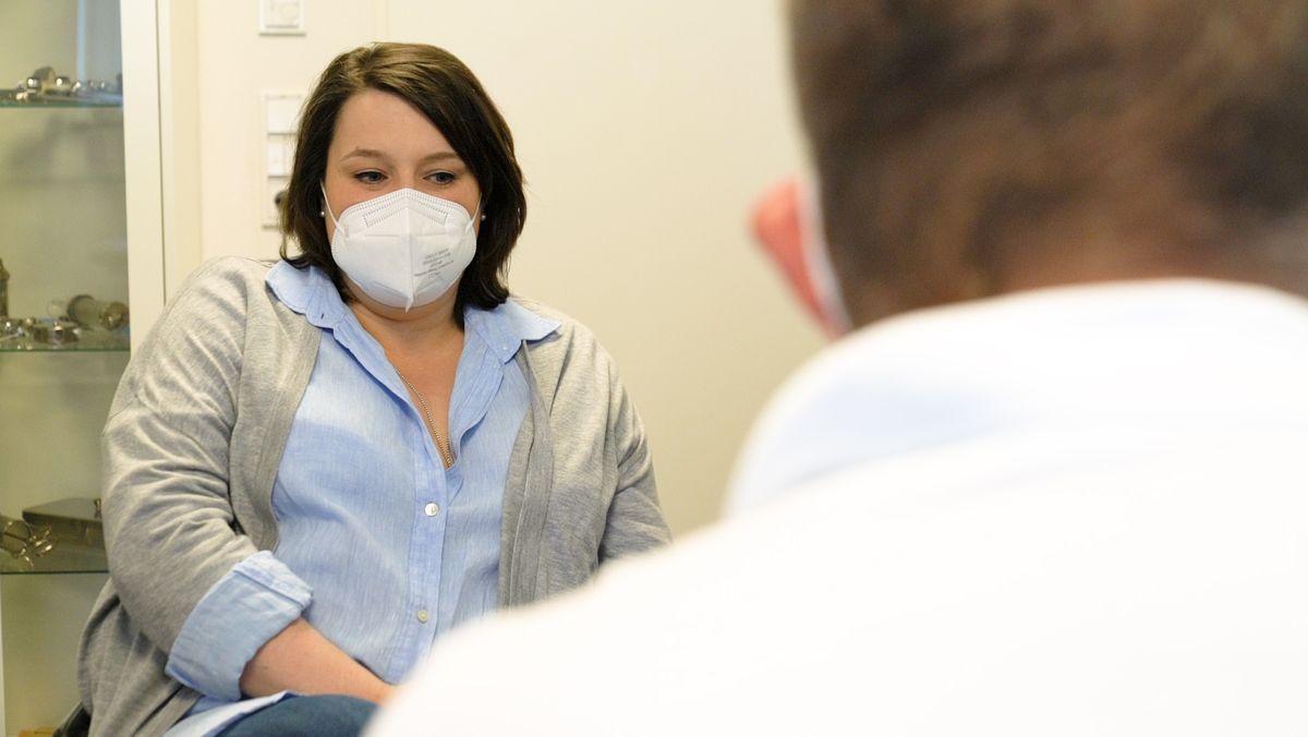 Corona-Patientin Angela Vogl beim Hausarzt
