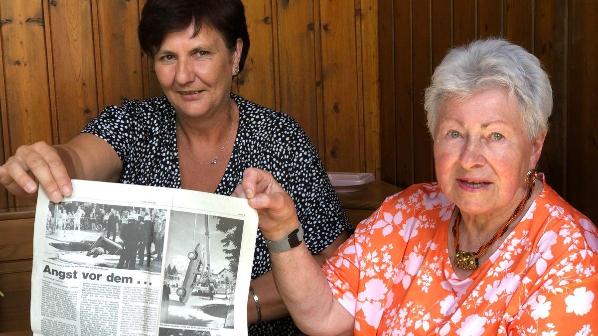 Anwohnerinnen Ingrid Neumann und Hannelore Vogl (v.l.) zeigen einen Zeitungsbericht über die Erdlöcher aus dem Jahr 1994.