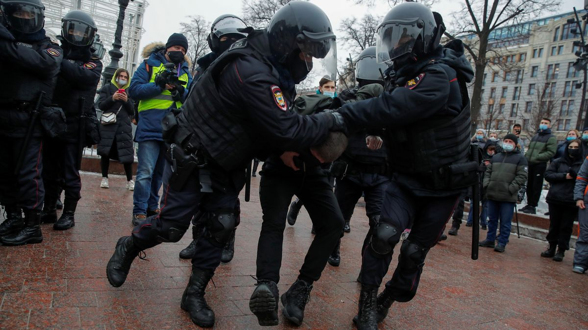 Sicherheitskräfte nehmen einen Demonstranten in Moskau fest.