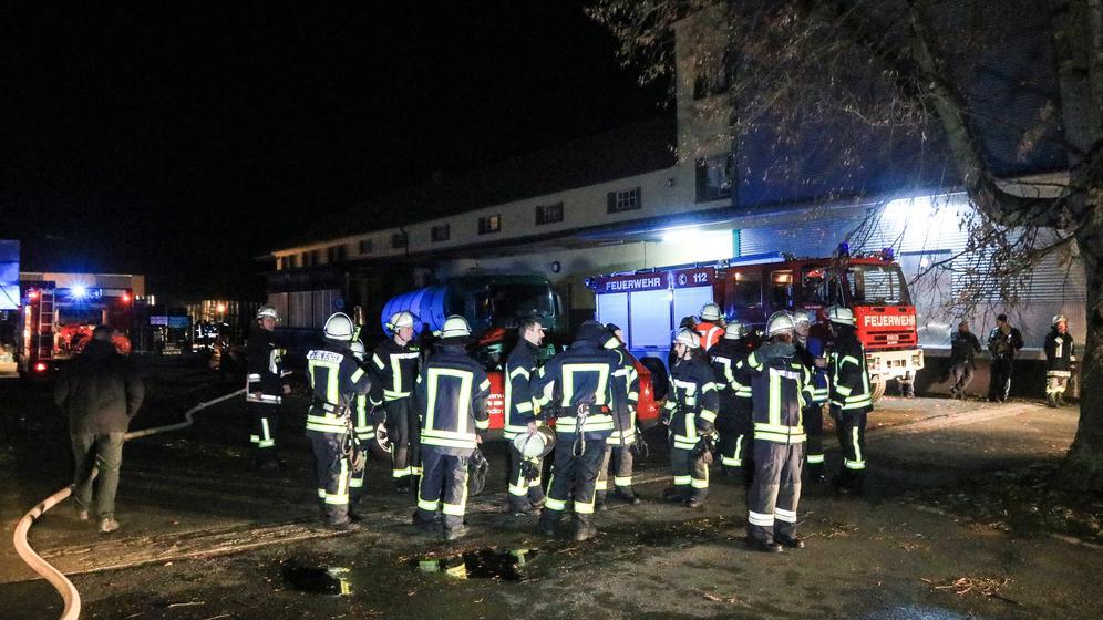 Feuerwehrmänner auf dem Brauereigelände in Neunkirchen am Sand | Bild:BR / NEWS5 / Merzbach;