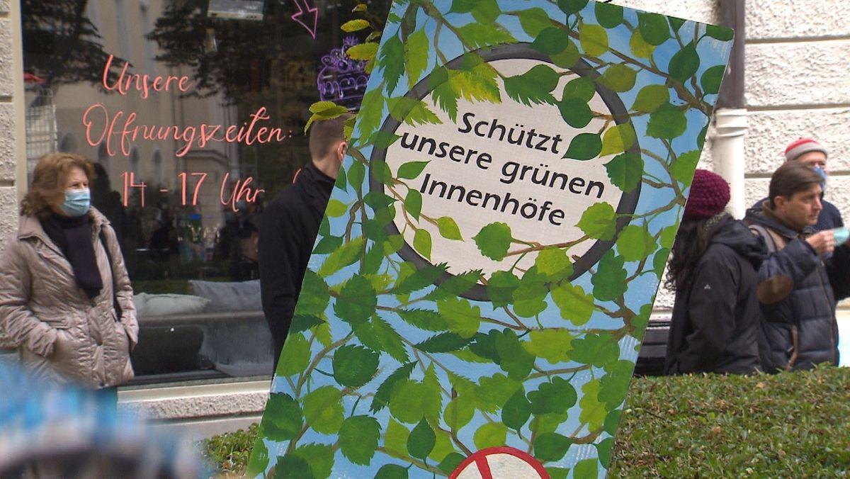"""""""Schützt ünsere grünen Innenhöfe""""steht auf einem Plakat der Protestierenden"""