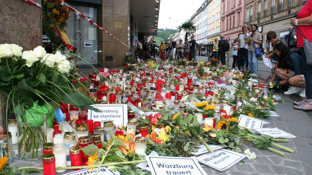 Blumen und Kerzen am Tatort.