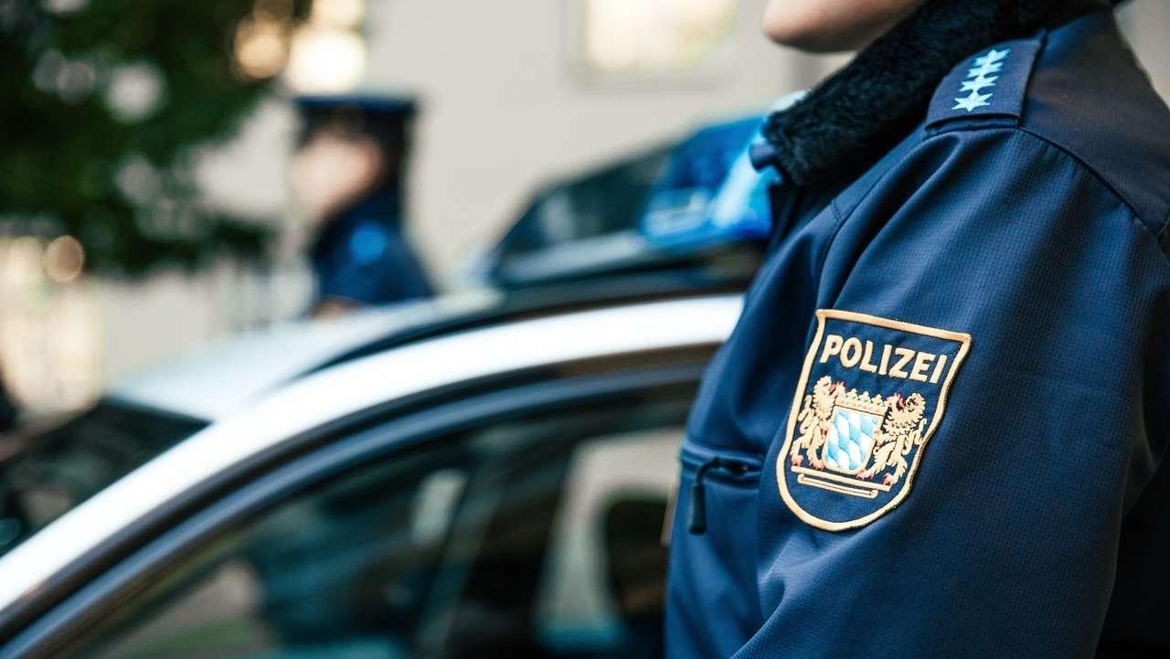 Polizisten vor Streifenwagen