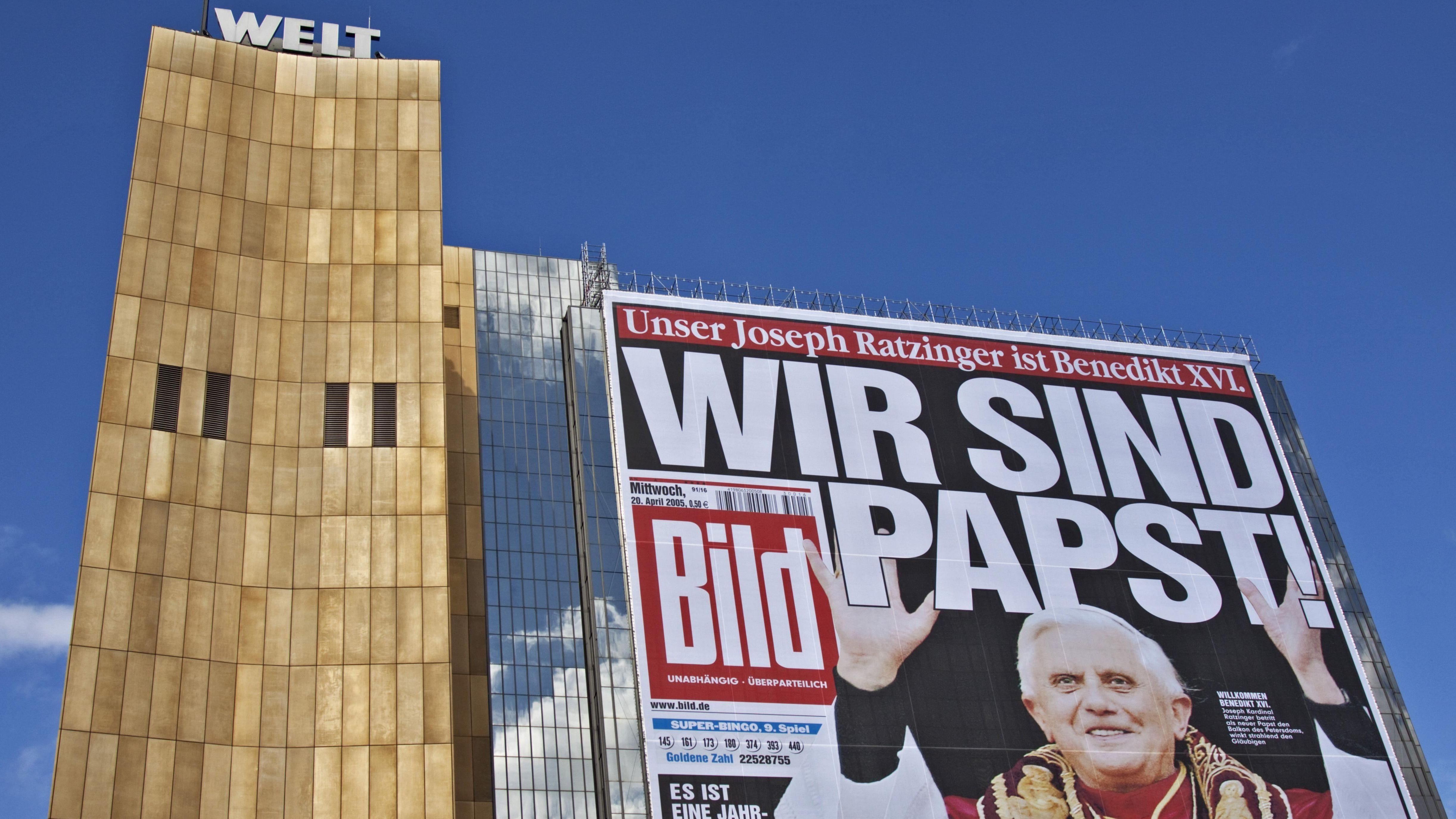 """Wir sind Papst""""-Plakat am Axel-Springer-Haus, anlässlich des Besuchs von Papst Benedikt XVI. in Deutschland"""