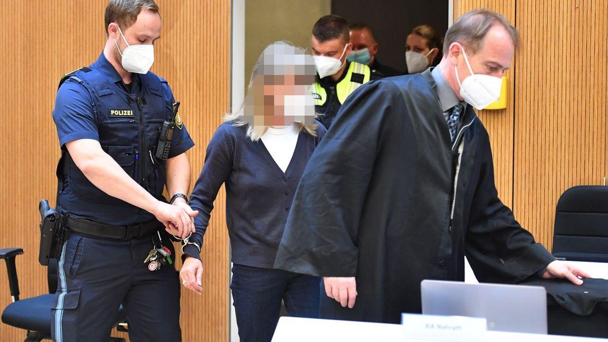 Die Angeklagte Susanne G. wird von einem Justizbeamten in den Sitzungssaal geführt