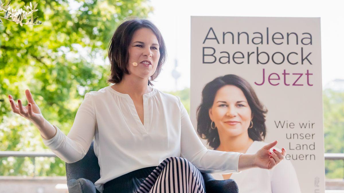 """Annalena Baerbock, Bundeskanzlerkandidatin der Grünen, präsentiert ihr viel kritisiertes Buch """"Jetzt"""""""
