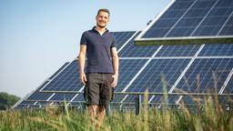 Alois Stefan Penninger auf einer Wiese vor Solaranlagen | Bild:Timo Jaworr für agrarheute