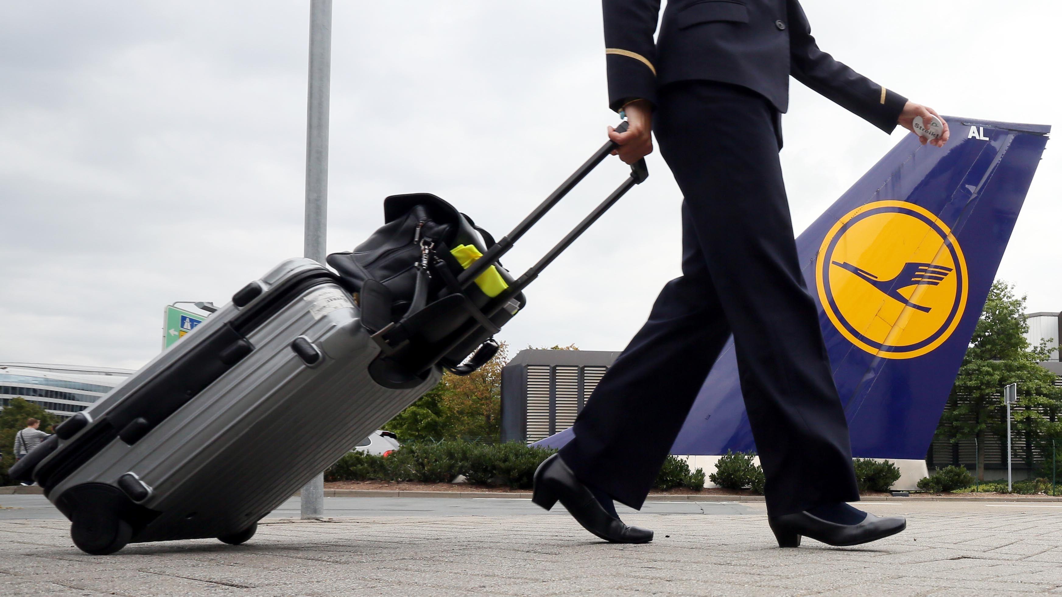 Eine Flugbegleiterin geht zur Arbeit.