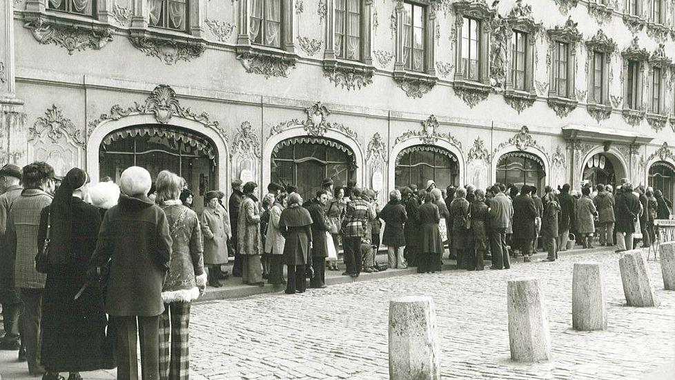 Besucher beim Anstehen für Festival-Karten vorm Falkenhaus in Würzburg.