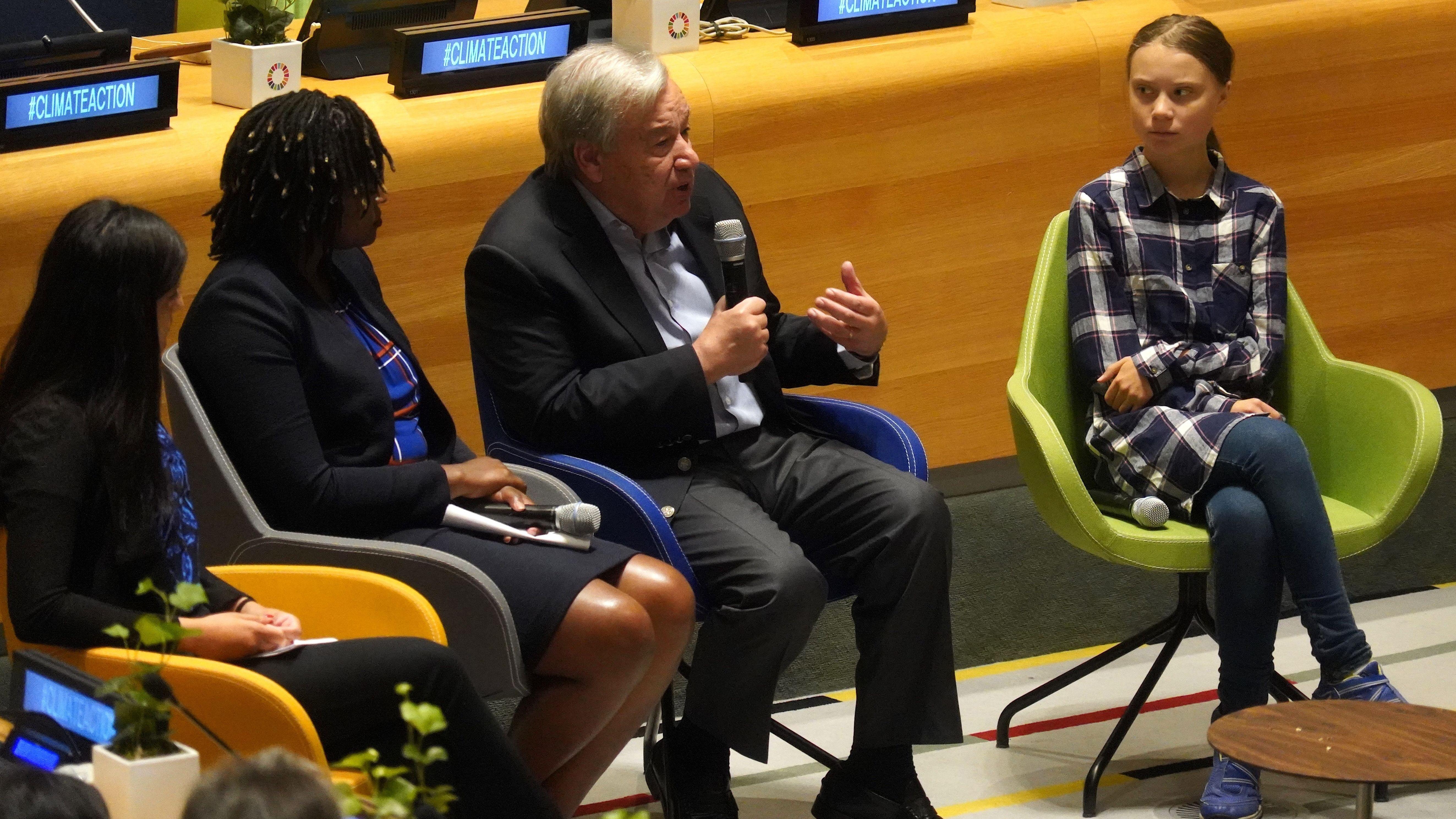 UN-Sekretär Antonio Guterres mit den Klimaaktivistinnen Greta Thunberg (re.) Wanjuhi Njoroge (zweite von li.), and Komal Karishma Kumar (li.)