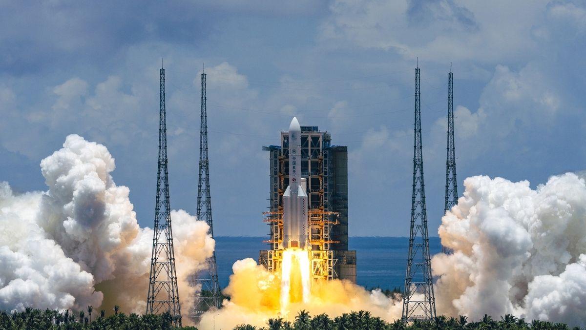 """Die Trägerrakete vom Typ """"Langer Marsch 5"""" hebt vom Raumfahrtbahnhof auf der südchinesischen Insel Hainan ab. Damit hat China eine Rakete mit einem Raumschiff zu seiner ersten Landung auf dem Mars gestartet. Das fünf Tonnen schwere Raumschiff besteht aus einem Orbiter, einem Landegerät und einem Gefährt von der Größe eines Golfwagens."""
