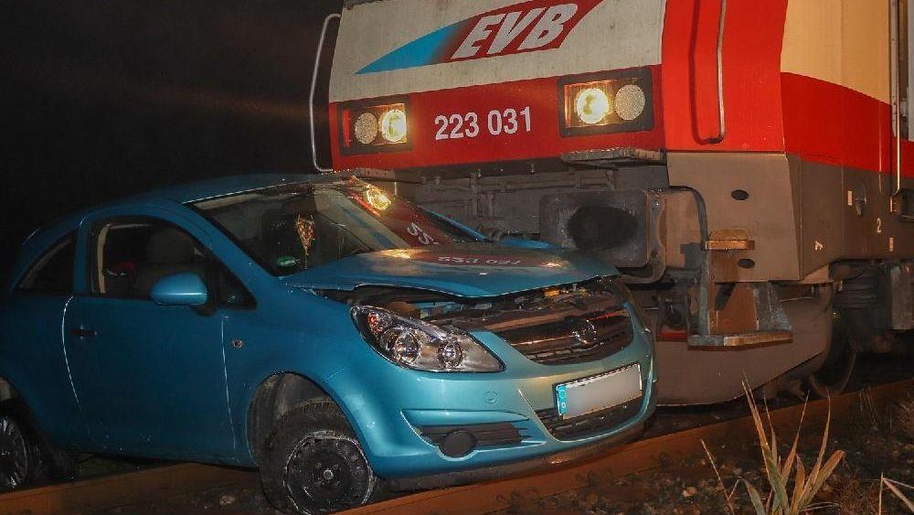 Der Kleinwagen wurde bei dem Unfall mehrere Meter weit mitgeschleift