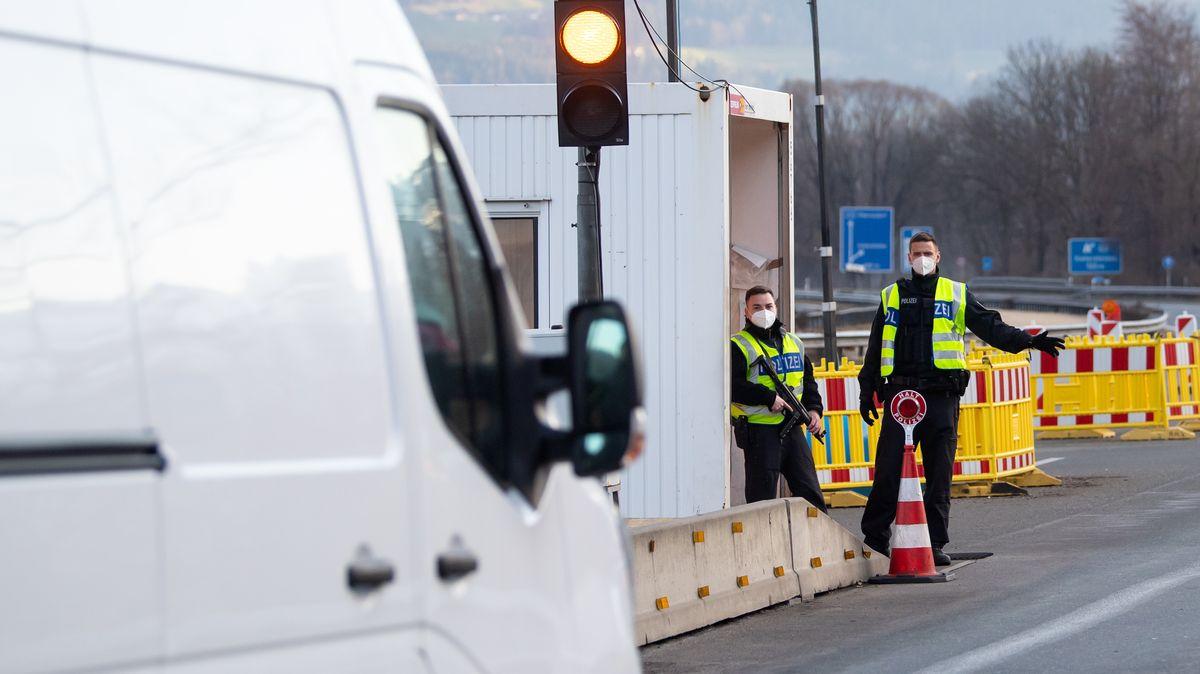 Bundespolizisten kontrollieren an der Autobahn 93 (A93) am Grenzübergang Kiefersfelden Reisende bei der Fahrt von Österreich nach Deutschland. Tschechien und Tirol gelten laut der Risikoeinstufung des Robert Koch-Instituts seit dem 28.03.2021 nicht mehr als Virusvariantengebiete.