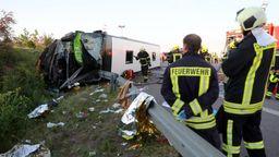 Archivbild: Am 19.05.2019 auf der A9 bei Leipzig: Einsatzkräfte der Feuerwehr stehen an der Unfallstelle neben dem verunglückten Bus. | Bild:dpa-Bildfunk/Jan Woitas