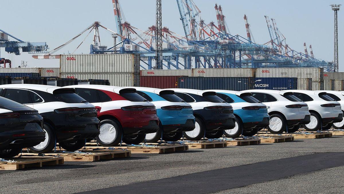 Autos in Hafen auf Halde