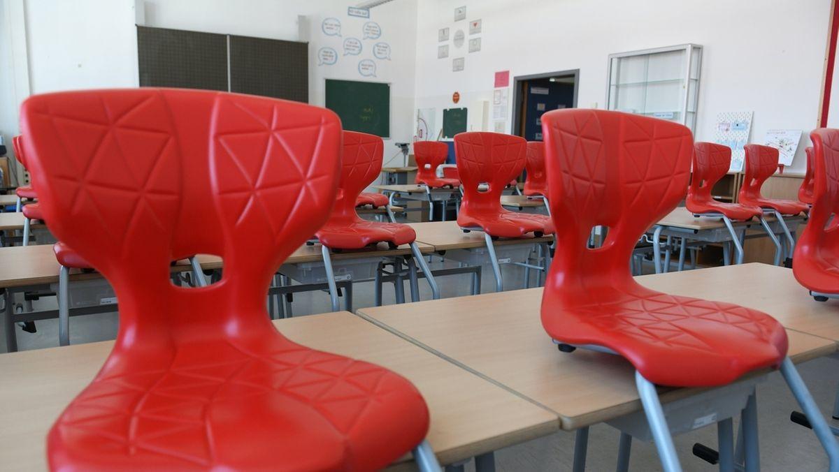 Die Stühle stehen auf den Tischen in einem Klassenzimmer der St.-Martin-Schule in München.