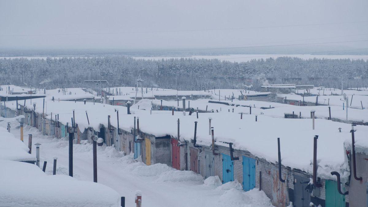 Russische Winterlandschaft mit verschneiten Garagen
