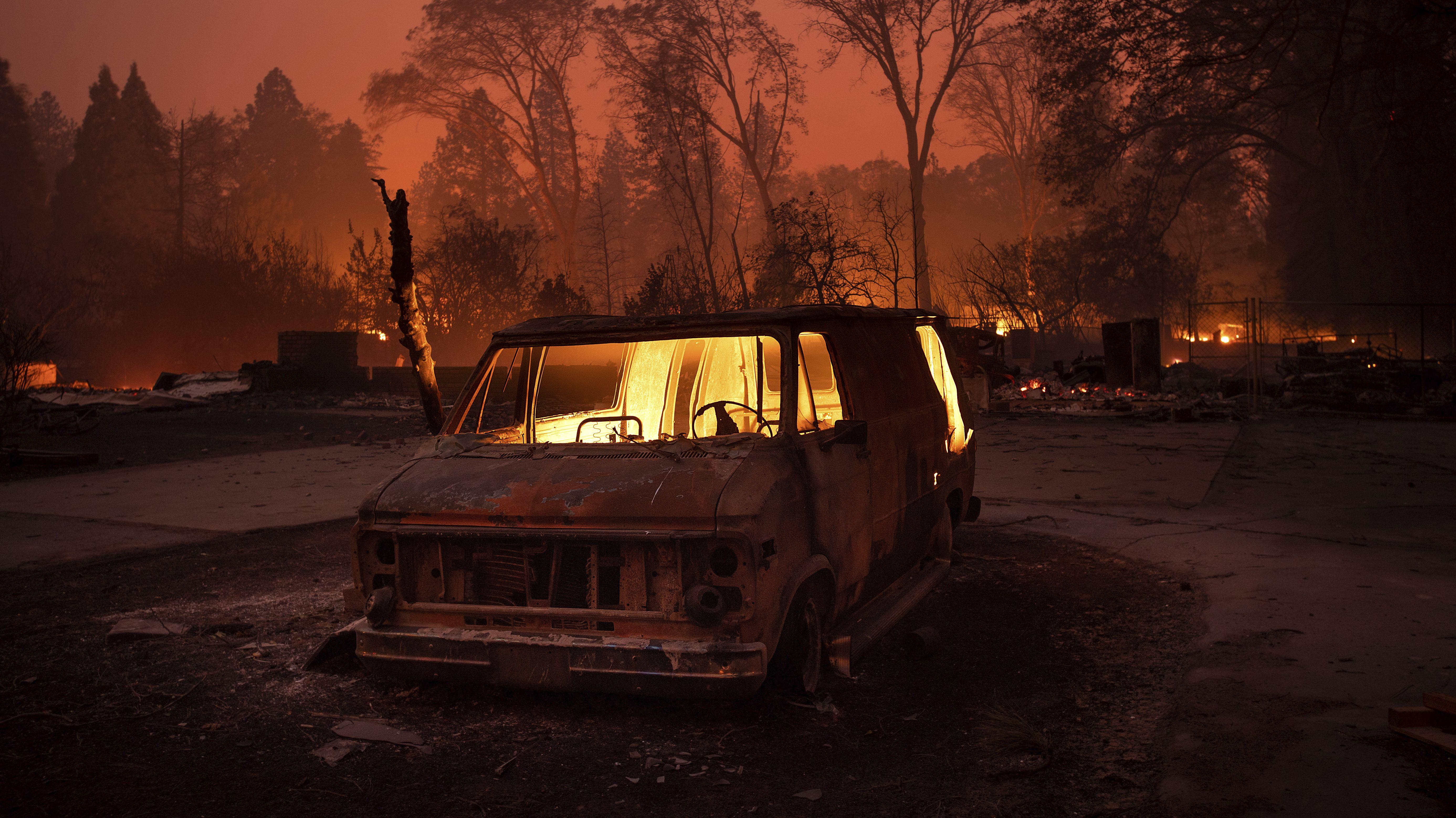 Ein ausgebrannter Van in der von den Flammen zerstörten Stadt Paradise in Kalifornien, USA