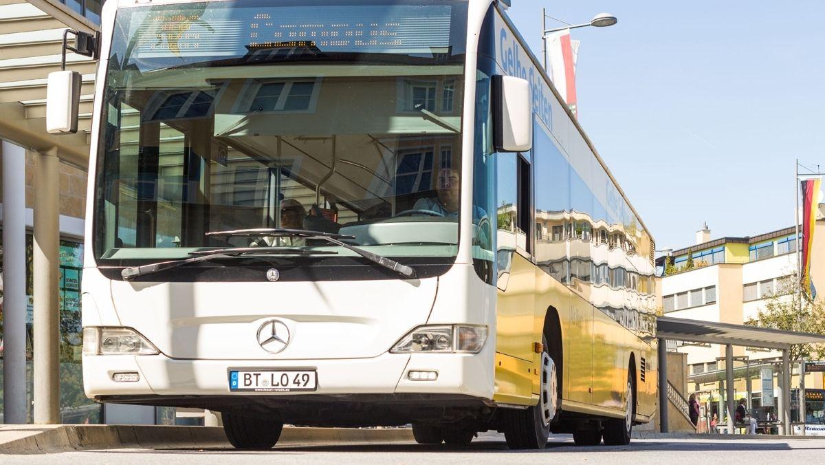 Ein Stadtbus steht an der zentralen Omnibushaltestelle in Bayreuth