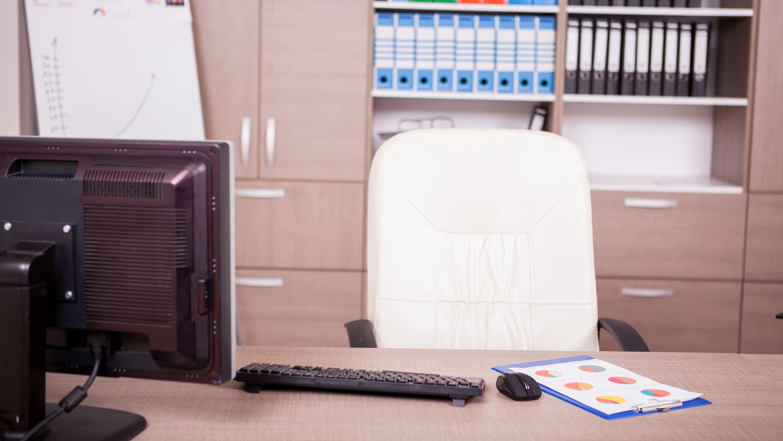 Leerer Bürostuhl und Schreibtisch (Symbolbild)