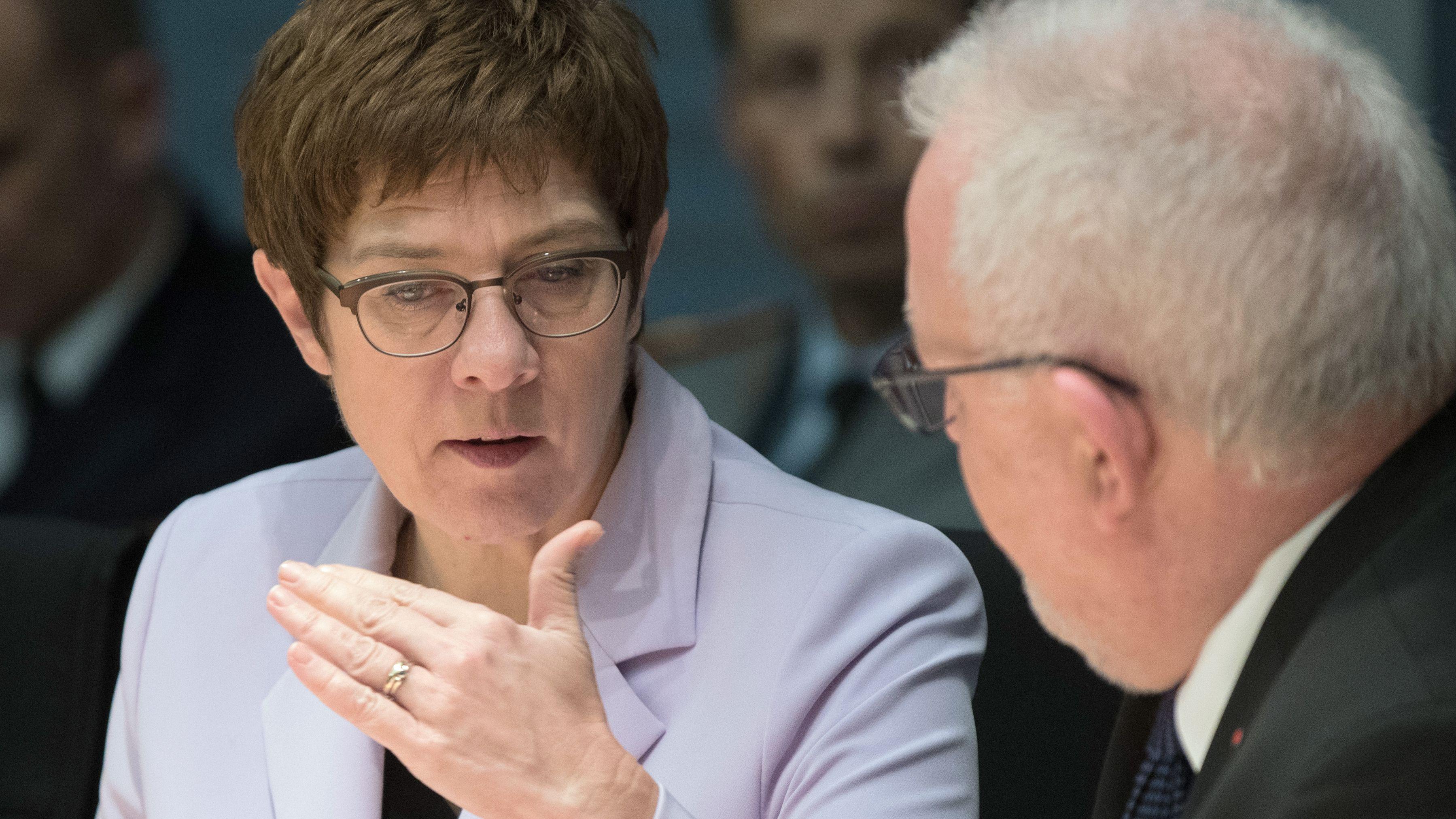 Annegret Kramp-Karrenbauer (CDU), Bundesverteidigungsministerin, und Wolfgang Hellmich (SPD), Vorsitzender des Verteidigungsausschusses