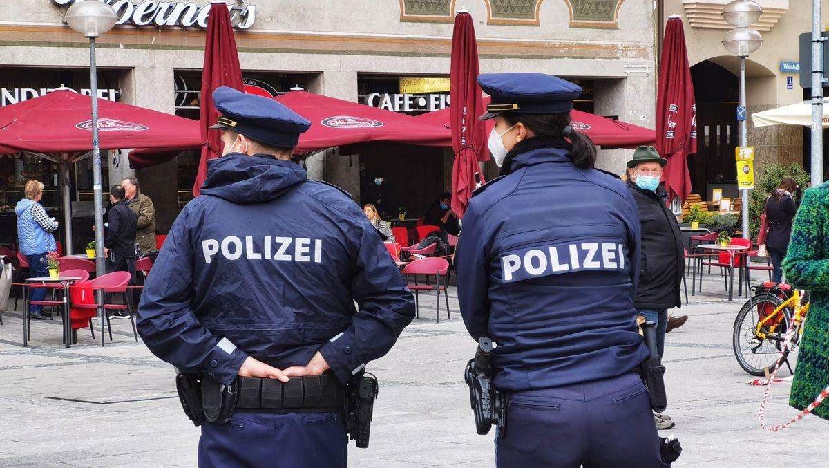 Polizisten kontrollieren die Einhaltung der Maskenpflicht in der Münchner Innenstadt