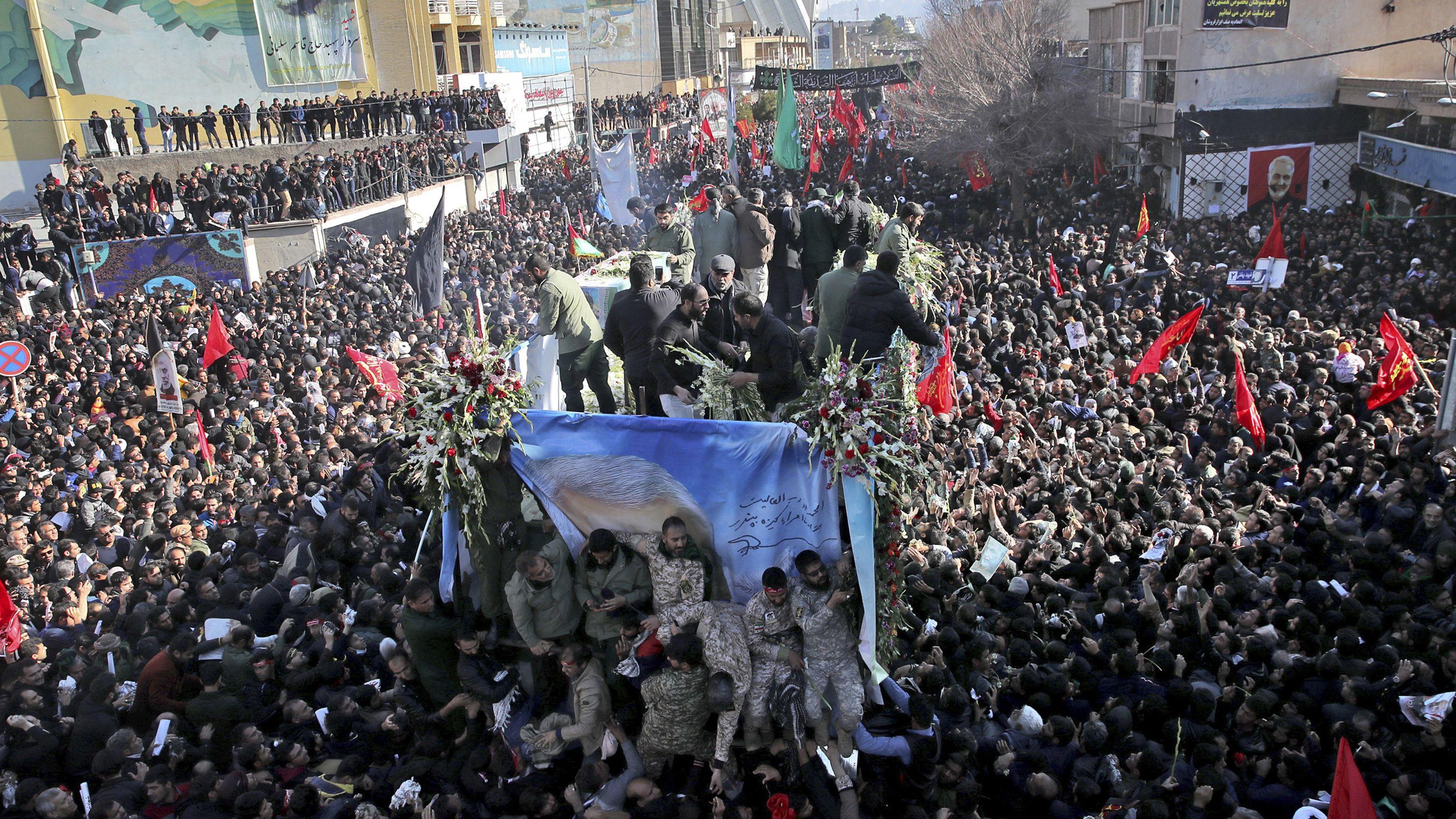 Beim Trauerzug für den iranischen General Soleimani in Kerman ist es zu einer Massenpanik mit Toten gekommen.
