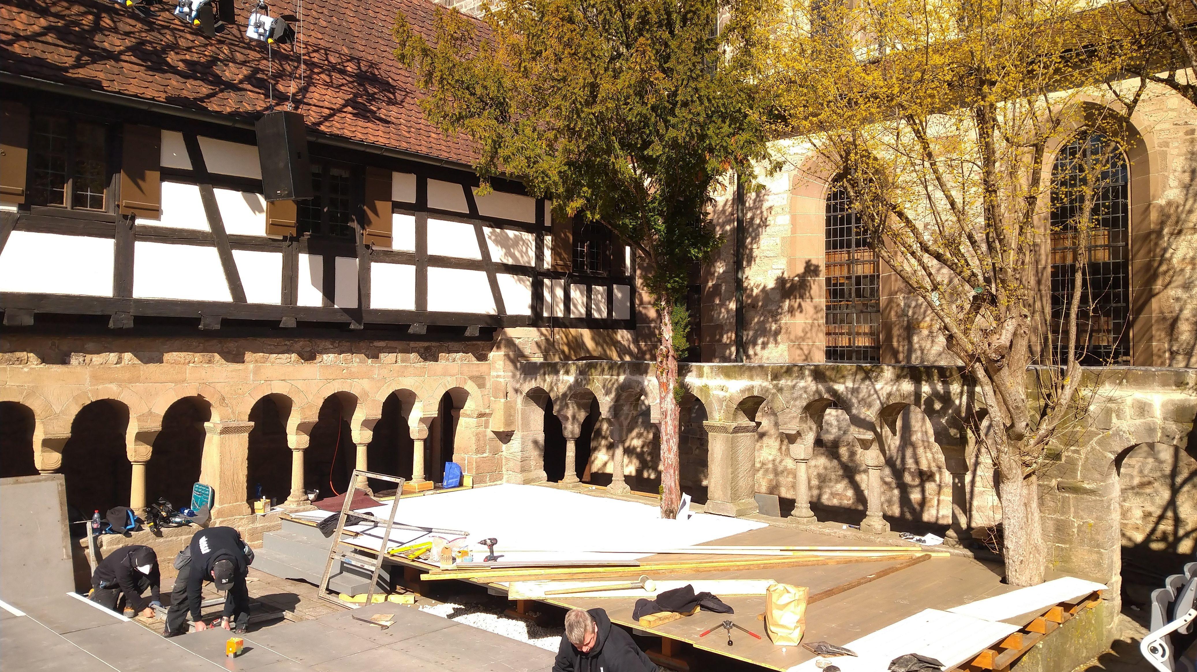 Handwerker montieren eine Bühne im ehemaligen Kloster