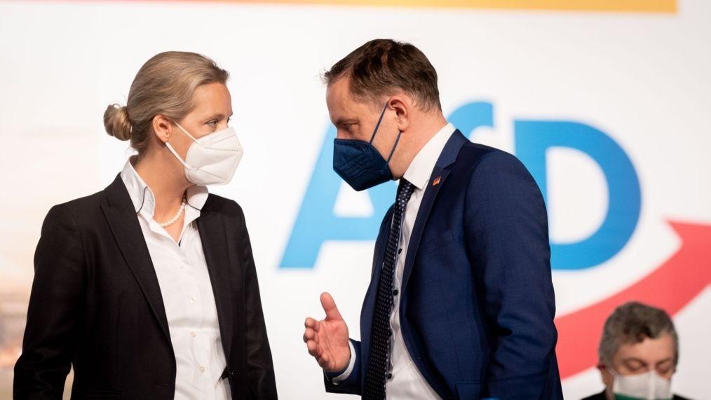Alice Weidel, Fraktionsvorsitzende der AfD, und Tino Chrupalla (r), AfD- Bundessprecher, nehmen in der Dresdener Messehalle am Bundesparteitag der AfD teil.
