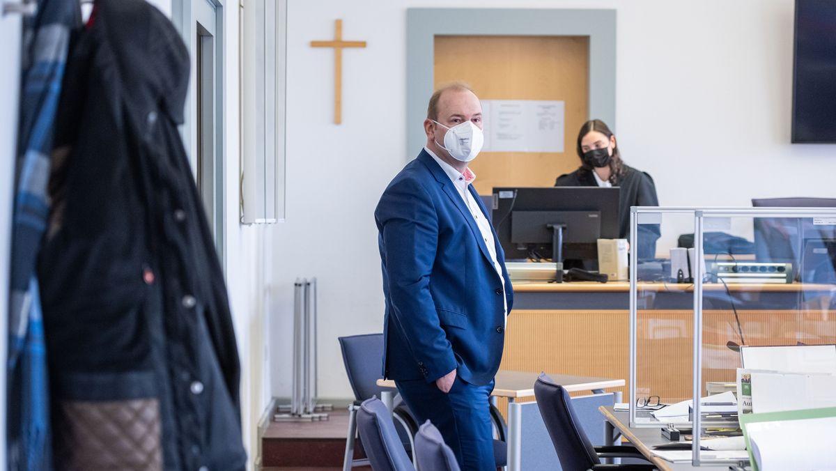 Christian Schlegl, früherer Regensburger Oberbürgermeister-Kandidat der CSU, steht im Verhandlungssaal im Landgericht Regensburg.