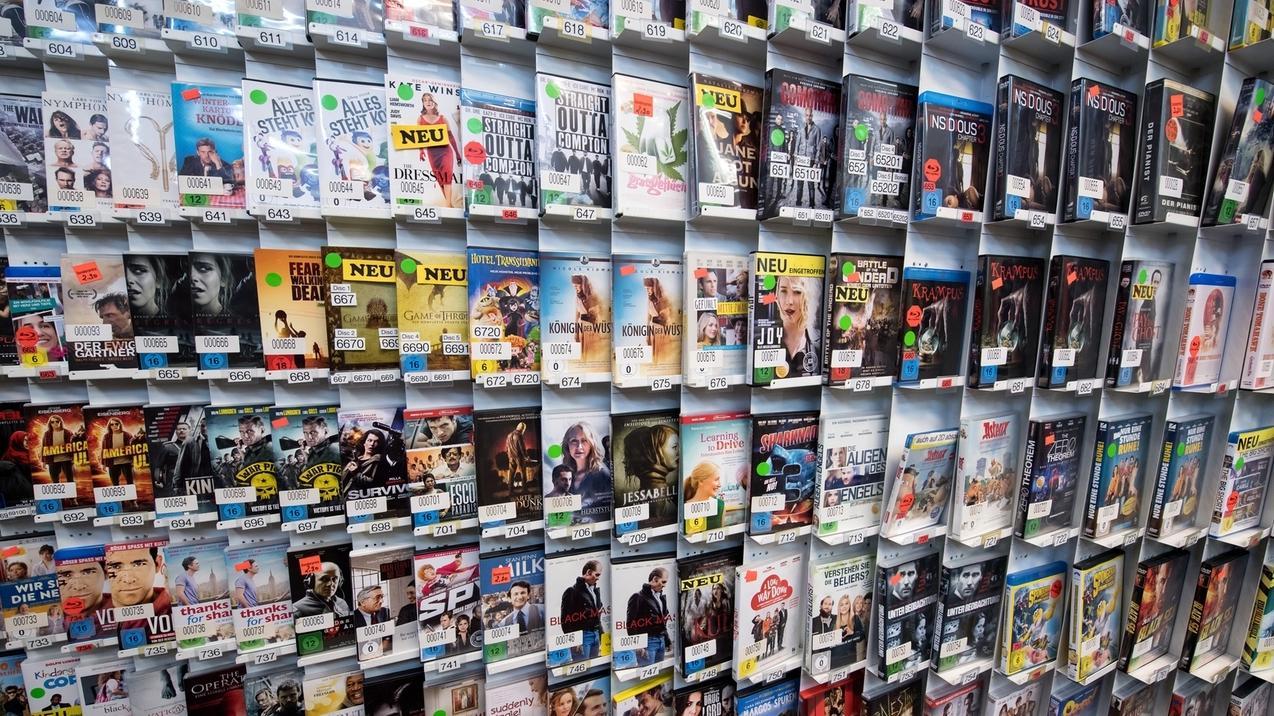DVDs stehen in einem Videothekenregal