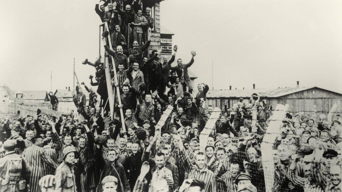 Der Jubel der Dachauer KZ-Gefangenen nach ihrer Befreiung. Foto vom 29. April 1945