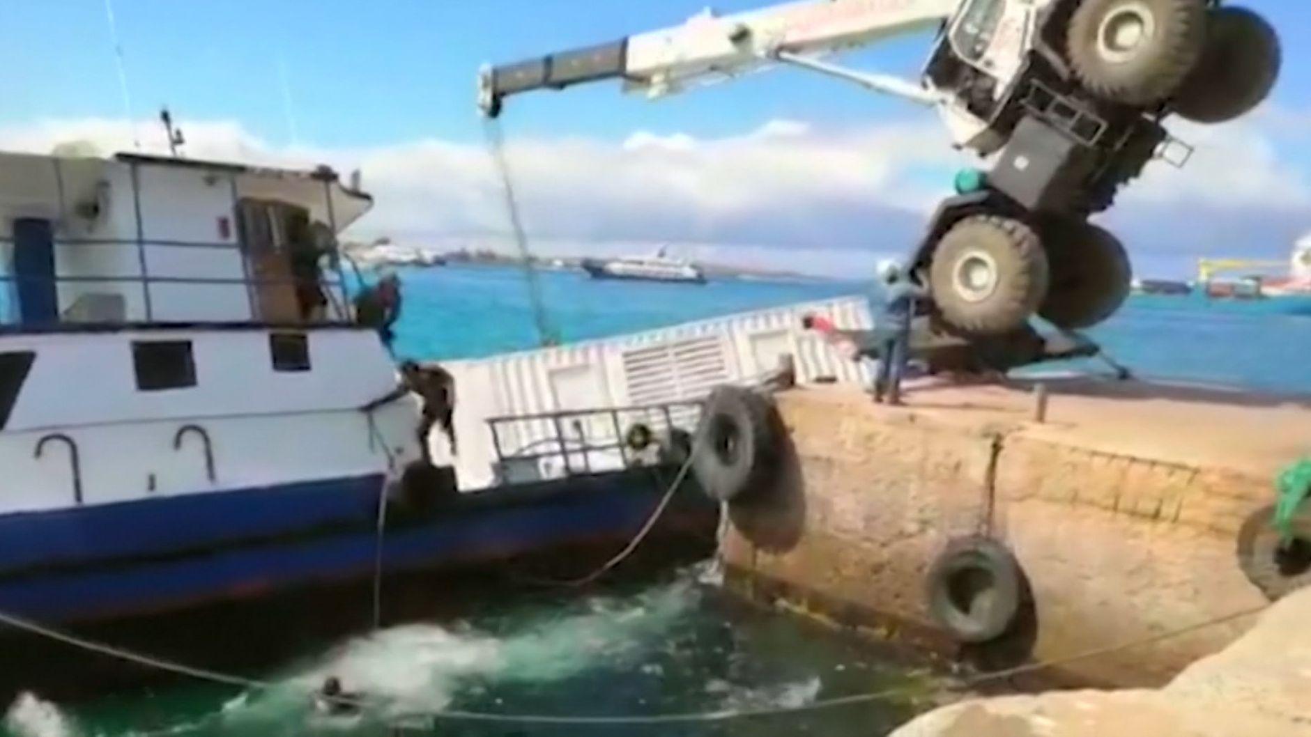 Im Hafen einer Galápagos-Insel ist bei einem Unfall ein Schiff gesunken. Bis zu 2.500 Liter Diesel-Treibstoff liefen ins Meer. Schutzbarrieren sollen das Weltnaturerbe vor Schaden bewahren.