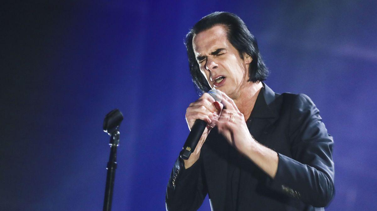 Nick Cave mit Mikrofonständer und Gesangsmikrofon bei einem Auftritt