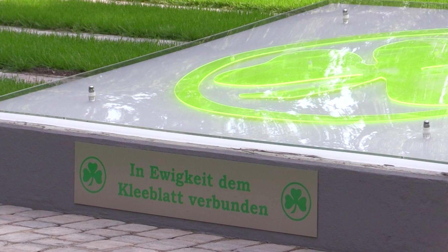 """Grabfeld für Fans der SpVgg Greuther Fürth: Auf einem Betonsockel, auf dem ein Kleeblatt angebracht ist, steht die Inschrift: """"In Ewigkeit dem Kleeblatt verbunden""""."""
