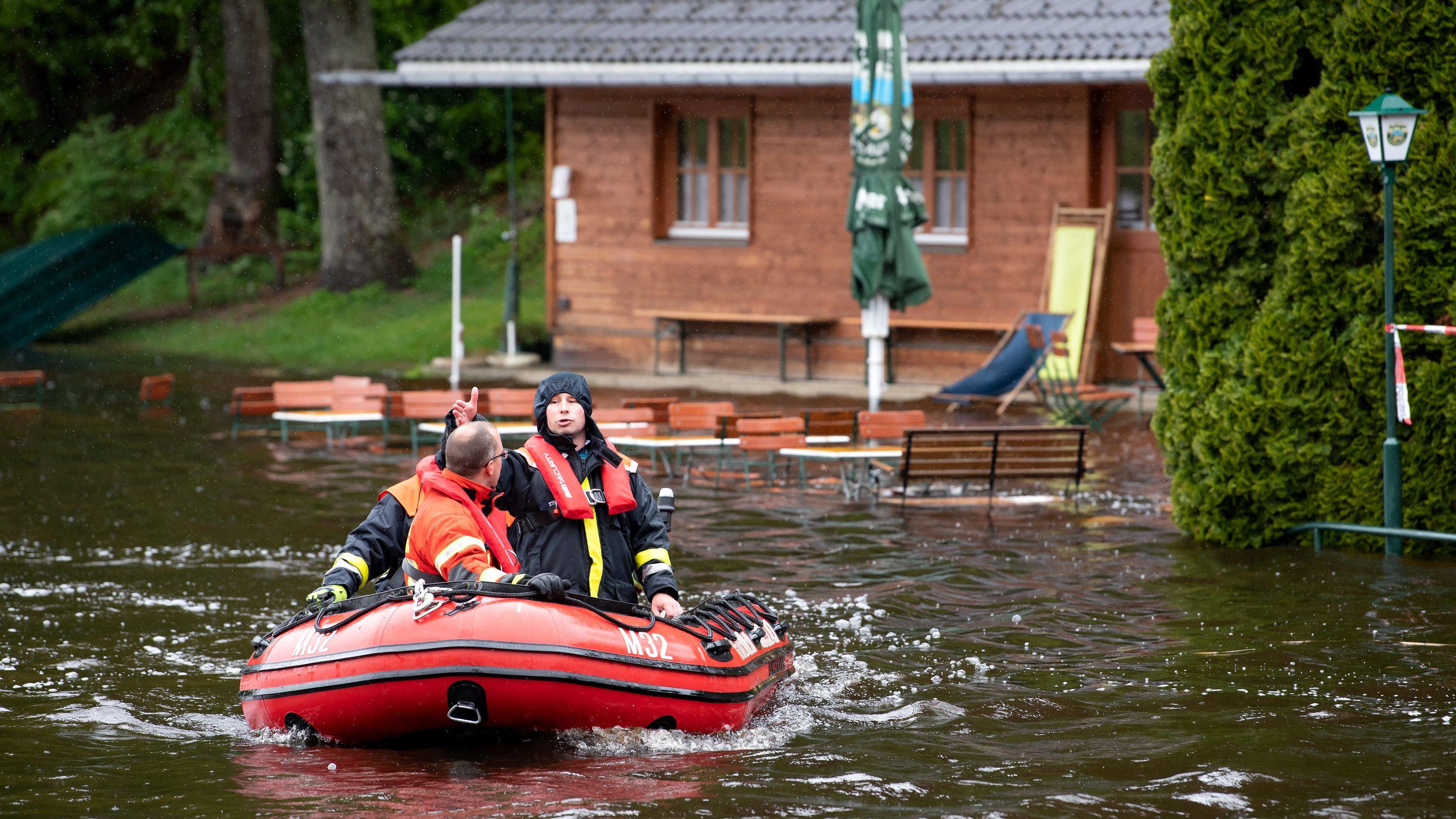 Feuerwehrboot im Deininger Weiher im Landkreis München