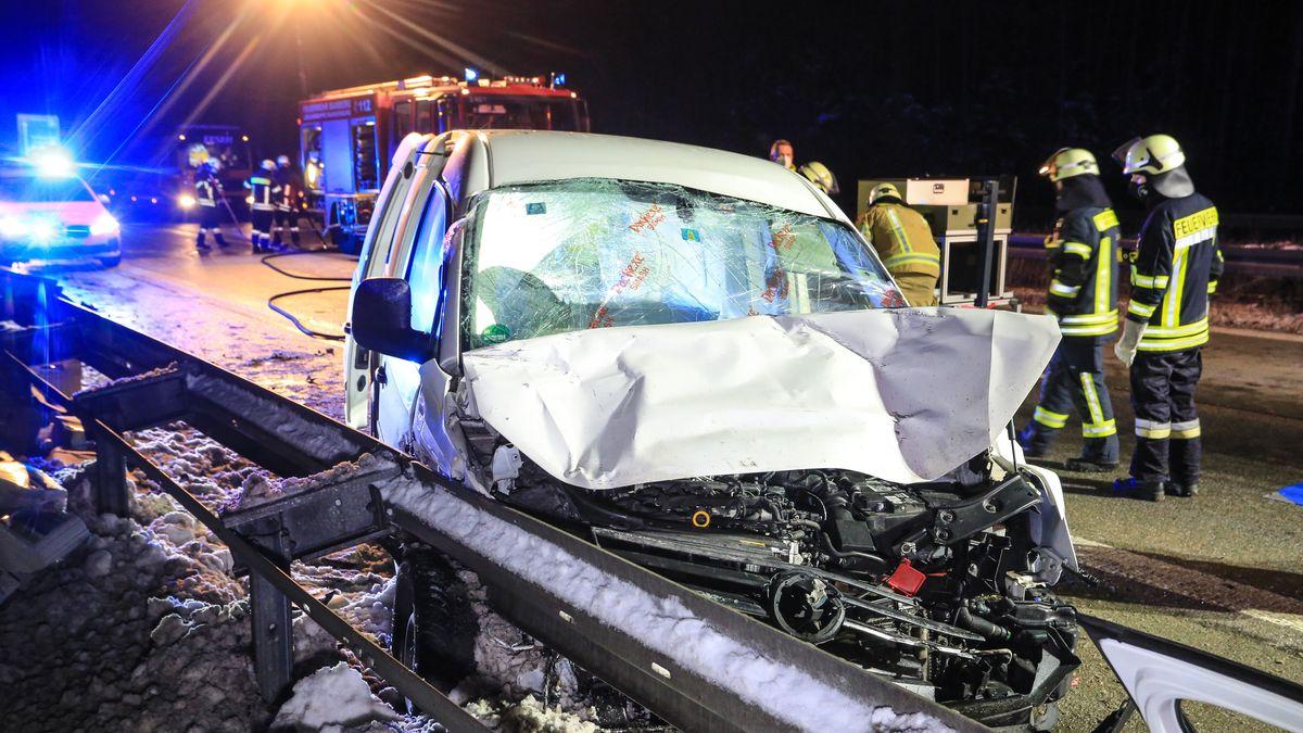 Das zerstörte Unfallfahrzeug in der Leitplanke