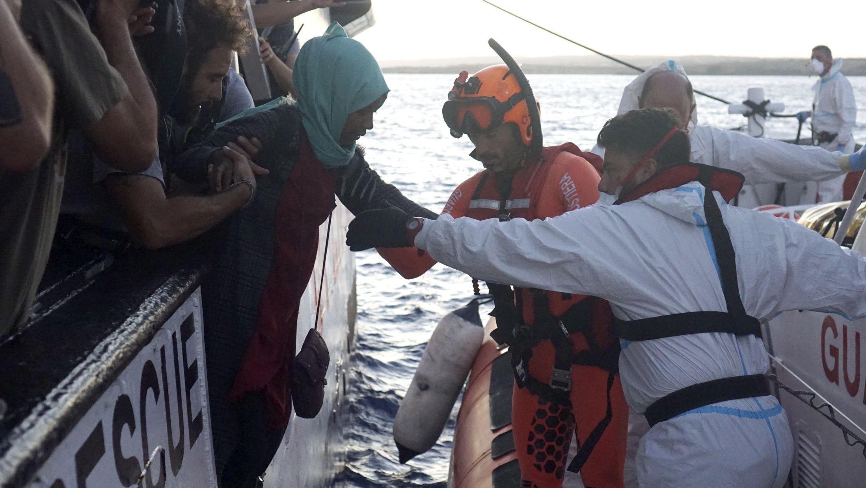 """Helfer der italienischen Küstenwache übernehmen Migranten von Bord des Rettungsschiff """"Open Arms"""" der Hilfsorganisation Proactiva."""