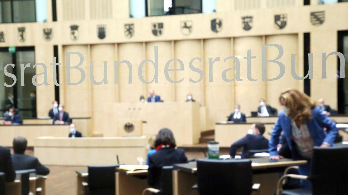 Abgeordnete nehmen im Bundesrat an der Bundesratssitzung der Länder teil.