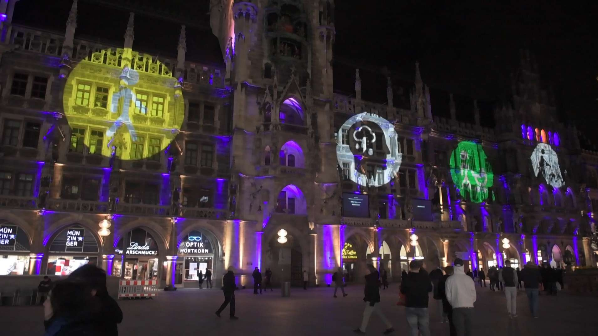 Mit einer Lichtinstallation an der Frauenkirche und am Rathaus setzte die Stadt München heute ein Zeichen für die Gleichberechtigung von Menschen mit Behinderung.