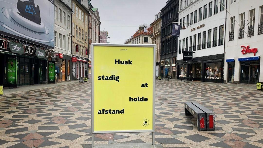 änemark, Kopenhagen: Ein Schild weist Passanten in der Fußgängerzone von Kopenhagen darauf hin, Abstand zueinander zu halten.