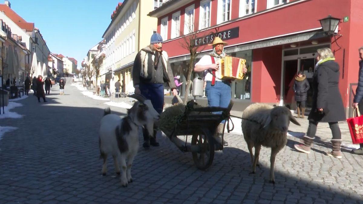 """Maschkera"""" in der Murnauer Fußgängerzone"""