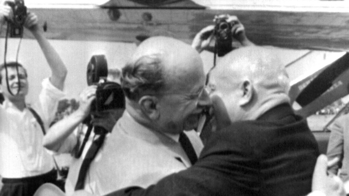 1963 herzt Walter Ulbricht Nikita Chruschtschow